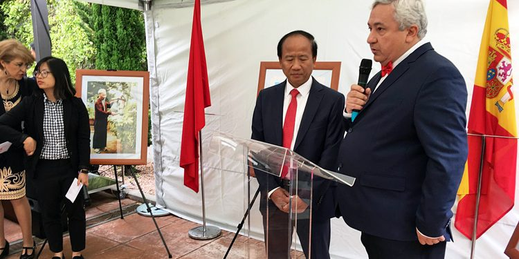 The president of the Association 'Puente con Vietnam' addresses the guests in the presence of the ambassador./ Photo: AR